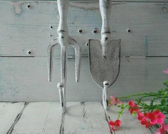 crochets d'outil de jardin mur blanc vieilli crochets elle versé décor shabby crochet manteau français pays décor shabby chic décor rustique de jardin cottage