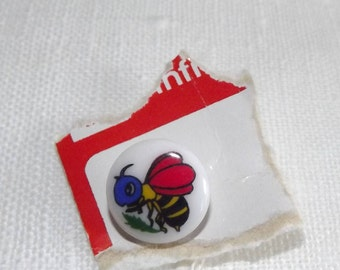 Vintage   bee button 1/2 inch on original card woolworths