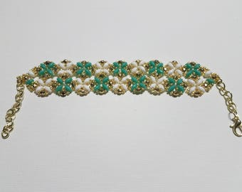 Blooms Turquoise and White Beaded Bracelet
