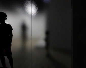 Chiaroscuro photography of children silhouettes in a museum in Paris