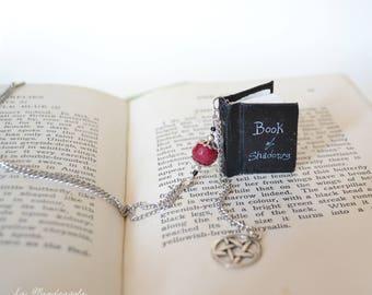 Collana Libro delle Ombre, miniatura libro nero. Gioiello con Libro degli Incantesimi e ciondolo pentacolo.