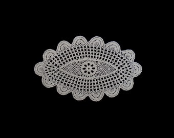 Vintage handmade crocheted doily -- light beige oval crocheted doily in traditional pattern and scalloped edge -- 12x7.5 inches / 30.5x19 cm