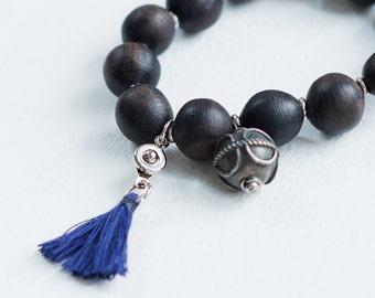 bracelet en bois d'ebene noir /boule antique provenant d'Egypte/  tassel amovible/ fait main