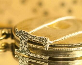 Seamstress gift necklace ||Silver sewing machine necklace || Vintage sterling sewing machine || Silver sewing machine pendant ||