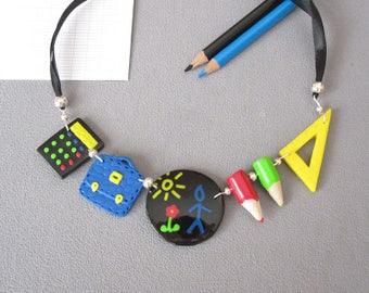 Collier cadeau maîtresse, bijou rentrée scolaire, bijou pâte polymère, collier maitresse multicolore, collier école original,