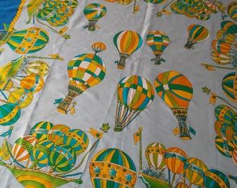 Beau foulard aux motifs de montgolfières