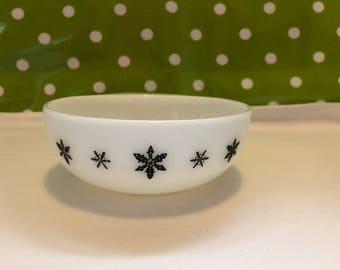 vintage/retro JAJ Pyrex vintage soup/desert/cereal bowl in the Gaiety Snowflake design c1950s/60s