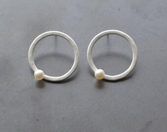 circle pearl post earrings, gloss white powdercoat, white pearl stud earrings, modern and simple circle earrings