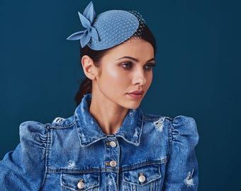 Hellblauen Wollfilz Fascinator, Mini-Hut mit dem Schleier