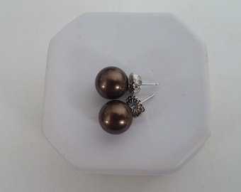 Free!!! Shell pearl stud earrings with purchase of vingtage Ellen Kaye dress on this site