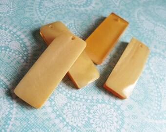 Pendentif rectangle de nacre et résine jaune miel