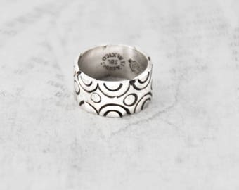Vintage Wide Silver Band Ring - Mexican 925 sterling silver stamped concentric circles - Size 5 - Taxco Mexico eagle hallmark 138