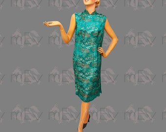 Vibrant 1950s 1960s Silk Jacquard Chinese Dress Cheongsam in Emerald Green, Nice Size, Chinese Scenes
