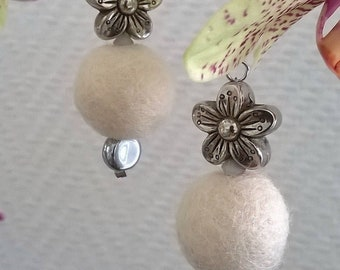 Earrings with their felt beads and flowers