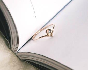 Regina ring. Opal. 14K yellow gold