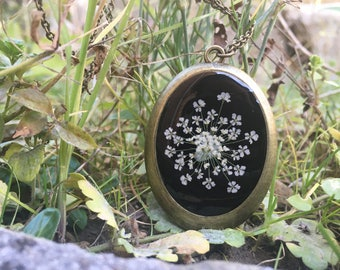 real flower necklace, nature jewelry, black vintage necklace, pressed flower necklace, delicate jewelry, resin jewelry, real flower jewelry