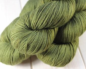 Skein hand dyed - Fingering - superwash Merino and Nylon (75/25) - 100 g / m 425 - spinach