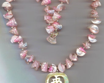 Iridescent Pink Shell Necklace . Vintage Necklace . Rose Mother of Pearl . Antique MOP Heart . Asian Jewel- Natural by enchantedbeas on Etsy