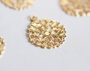 Flower filigree pendant / gold lace