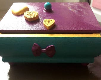 Original jewelry box with feet buttons for little girls.