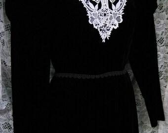 Victorian style vintage 1980s 80s dress, BLACK VELVET dress gown with lace white collar, Black White Cocktail Party dress Black formal dress