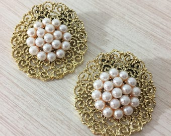 Very Pretty Pair Of Vintage Sparkling Gold Tone Lattice Shoe Clips Featuring A Cluster Of Champagne Pink Faux Pearls On Top