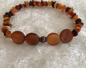 Amber 10mm Circle Bead and Bead Chip Stretch Bracelet (7 in)