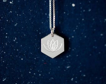 Hexagon Lotus Charm Necklace. Silver Lotus Necklace. Buddhist Jewelry. Lotus Flower. Gift For Her. Minimalist Jewelry. Yoga. Lotus Ketting