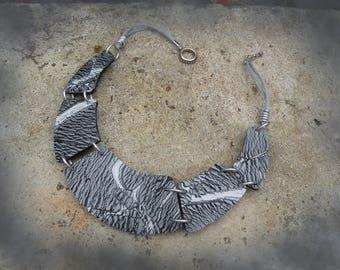 Necklace grey Crackle effect.
