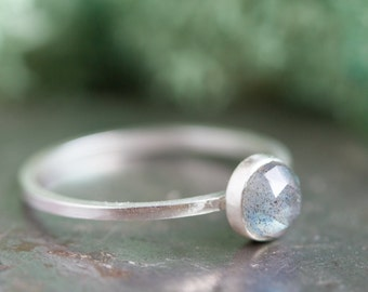 The Universe (Labradorite) - Simple silver solitaire ring with labradorite faceted gemstone, 5mm