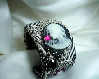 Romance Art 1900 black and white cuff bracelet