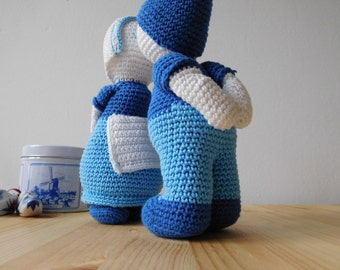 Crochet kissing couple