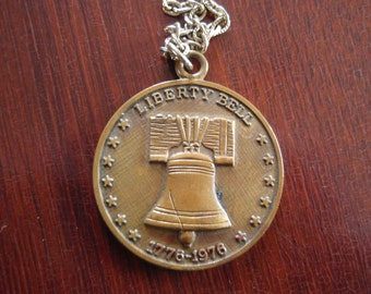 Commemorative Medal Liberty Bell Pendantl Necklace 1776 to 1976 Numbered Bronze Bicentennial United States Collectible Memorabilia B174