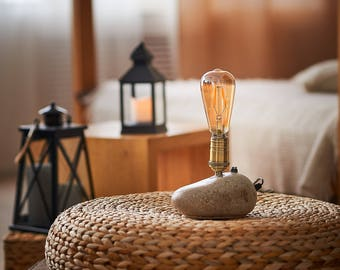 Lighting with an Edison bulb | Desk lamp, Table lamp, Home decor, Industrial lamp, Rustic decor, Bedside lamp, Desk accessories