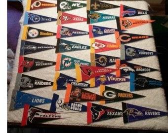 32 Mini NFL pennants