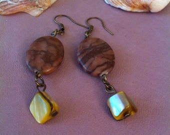 1 pair of earrings hanging zebra stone and mother of Pearl