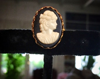 1960's lucite black and white lucite cameo ring