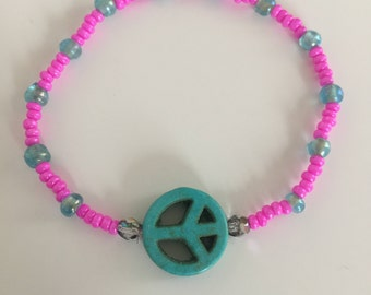 Hippie pearl bracelet in pink turquoise with peace sign in turquoise