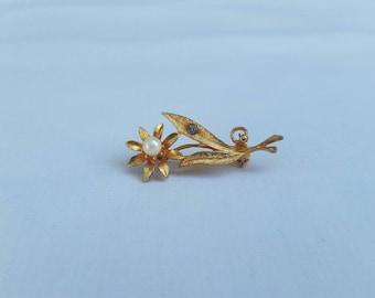 Vintage Gold Tone Flower Pin   brooch