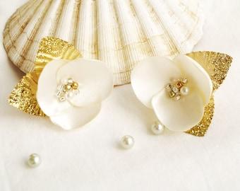 Flower shoe clips Ivory flower clips Bridal shoe clips Ivory gold Bohemian wedding Flower brooch Gift for her White flower clip Gold leaves