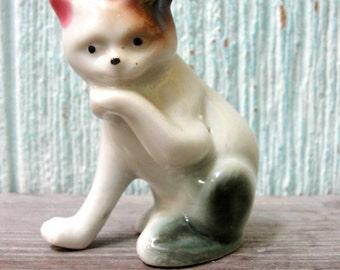 Vintage de porcelaine Figurine, Statuette en céramique chaton, chanceux Calico chat lèche patte