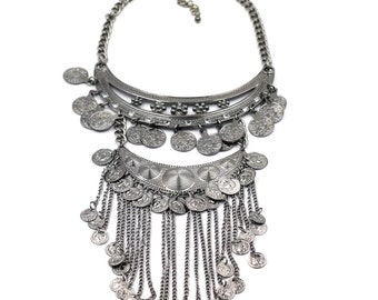 Stylish and elegant fringed necklace
