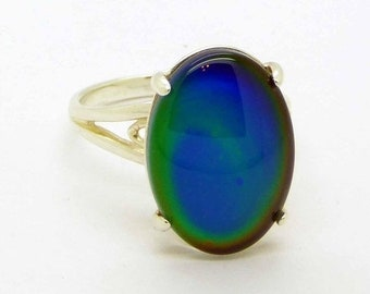 ON SALE Liquid Crystal Glass Sterling Silver Oval Mood Ring, Size 7