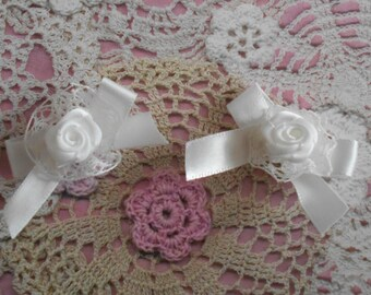 Knots satin white with a satin rose on a ruffle in white lace 4,00 cm wide (x 2 bows)