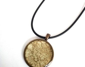 Collier artisanal en peinture à effet et recouvert de résine