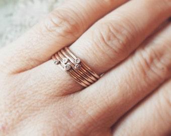 Or 14 k Dot peu anneaux empilables. Un anneau d'empilage personnalisé en or jaune, or rose ou or blanc