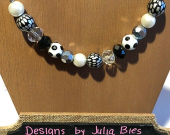 Chunky necklace in black and white