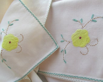 Pretty Vintage Cloth Napkins / Set of Four
