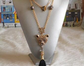 """Charmant collier avec pendentif """"Un joli tigre noir et métal doré"""""""