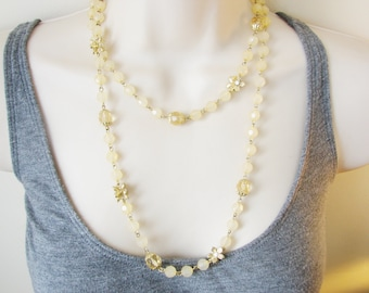 Vintage 1960s light pink/ peach beaded necklace with gold and white daisy/ flower accents (FF)